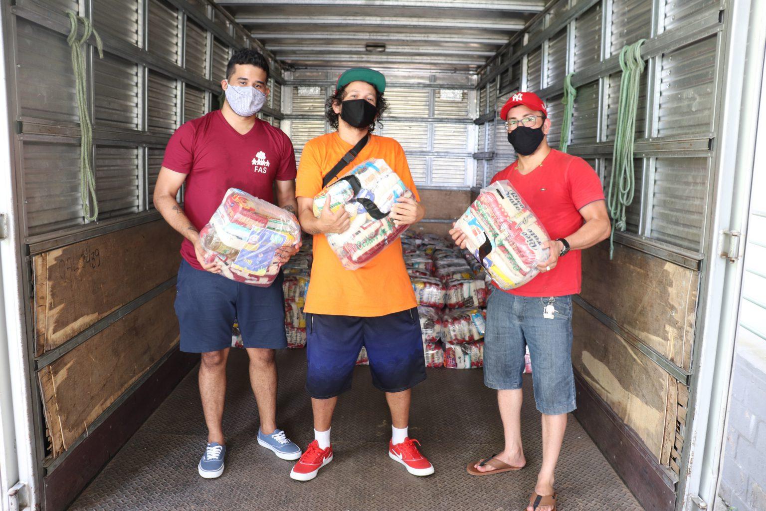 Trabalhadores do setor artístico recebem doações de alimentos do Sesc AM